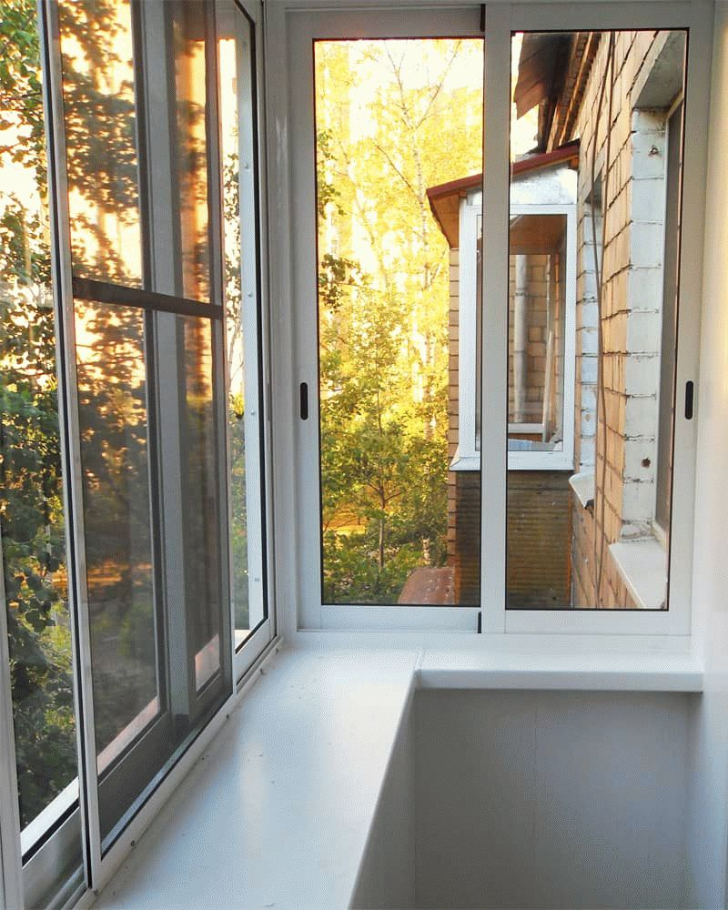 Москитная сетка на раздвижных окнах балкона