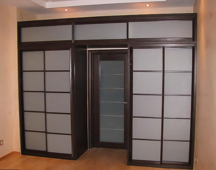 Купейный шкаф с антресолью в гостиной комнате
