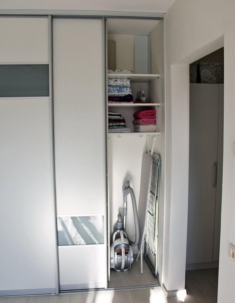 Место для хранения пылесоса в шкафу-купе