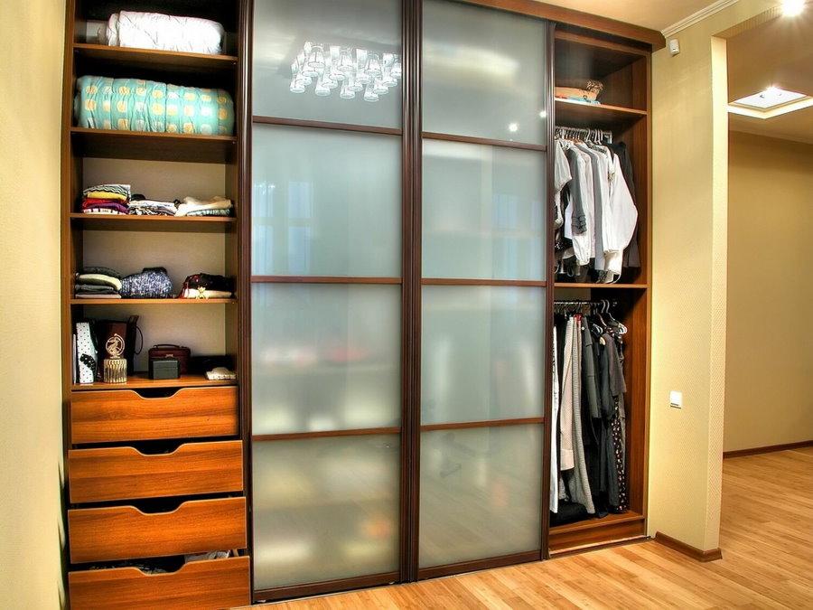 Открытый шкаф-купе с ящиками для белья