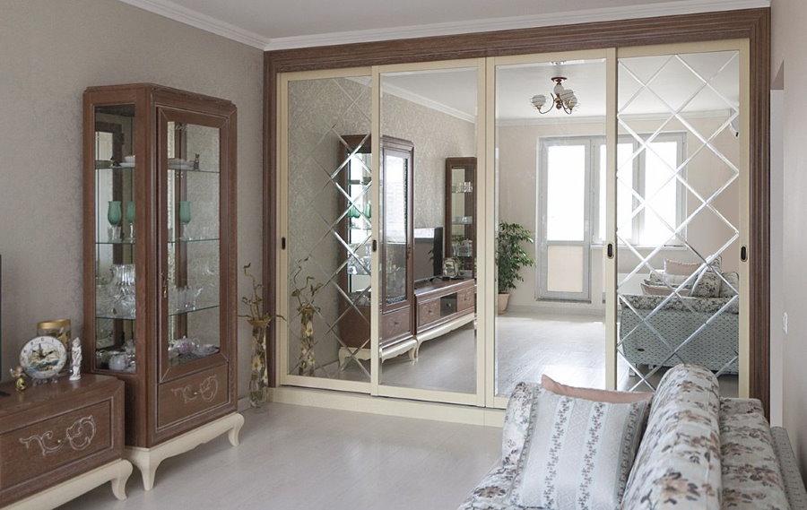 Купейный шкаф в гостиной с деревянной мебелью