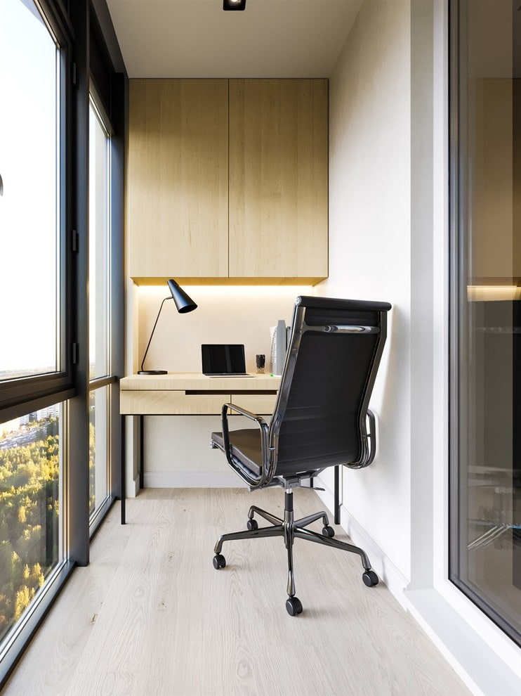 Шкаф над рабочим столом в интерьере балкона