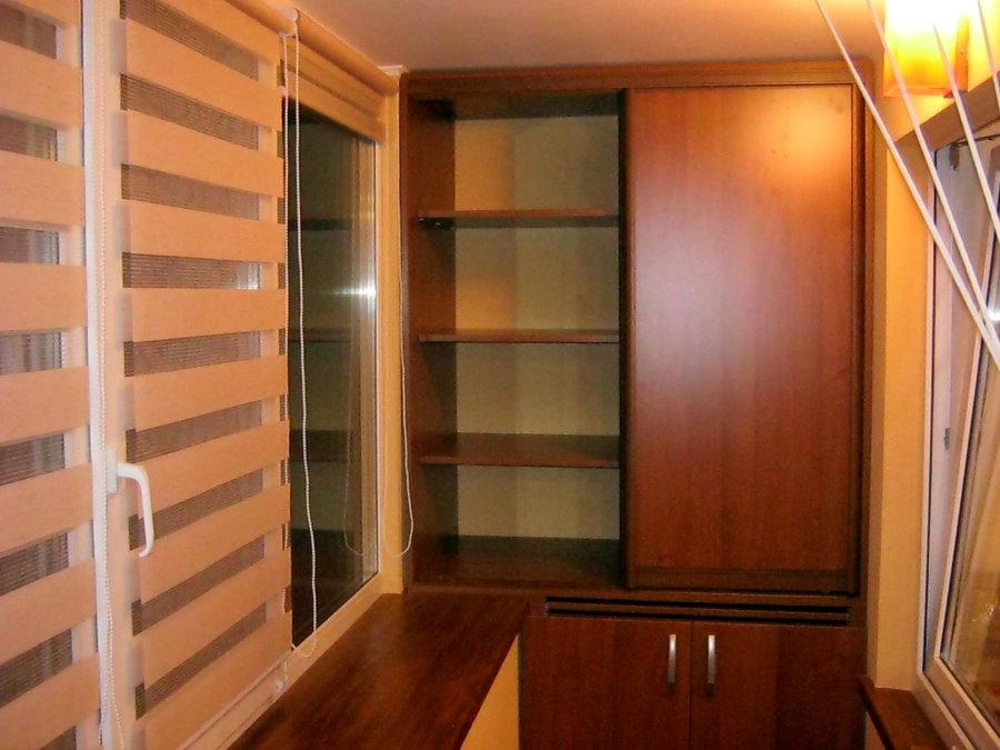 Встроенные шкафы из МДФ на лоджии с ПВХ-окнами