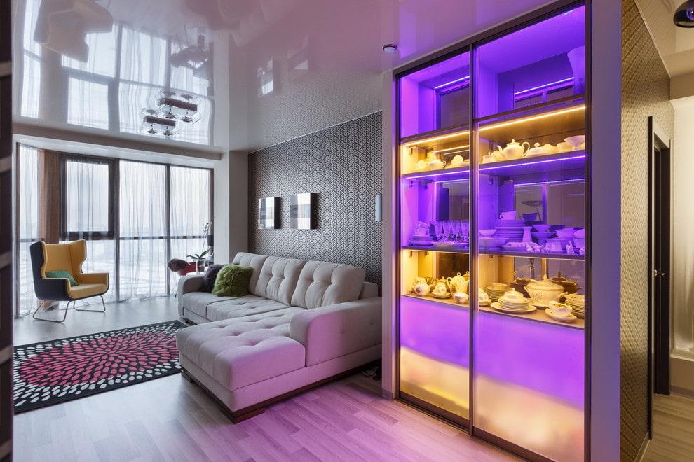 купейный шкаф для посуды со встроенной подсветкой