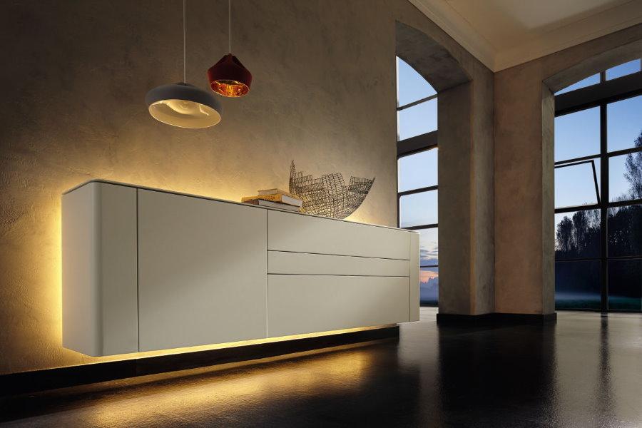 Подсветка навесного шкафа в гостиной комнате