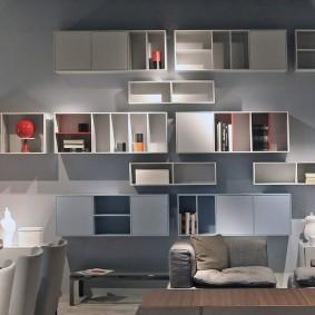Открытые шкафы для хранения вещей на стене в гостиной