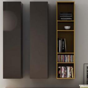 Вертикальное расположение шкафов на стене гостиной
