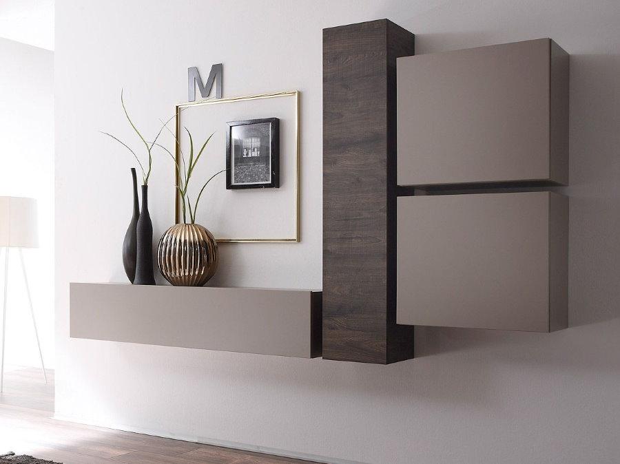 Компактные шкафчики на стене в гостиной