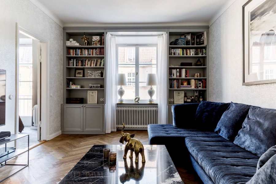 Книжные шкафы вокруг окна в гостиной