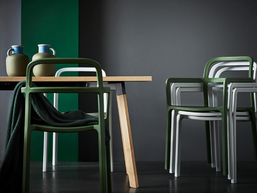 Пластиковые штабелируемые стулья в интерьере гостиной