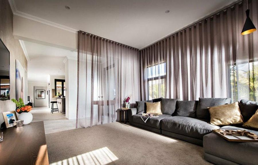 Длинные шторы в гостиной комнате стиля хай-тек