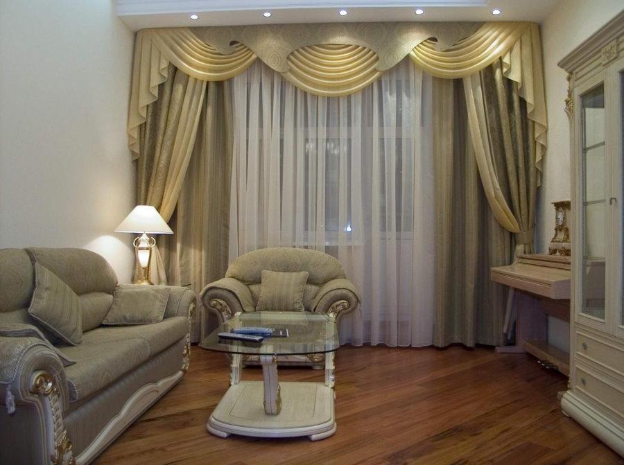 Небольшая гостиная с ламбрекеном на шторах