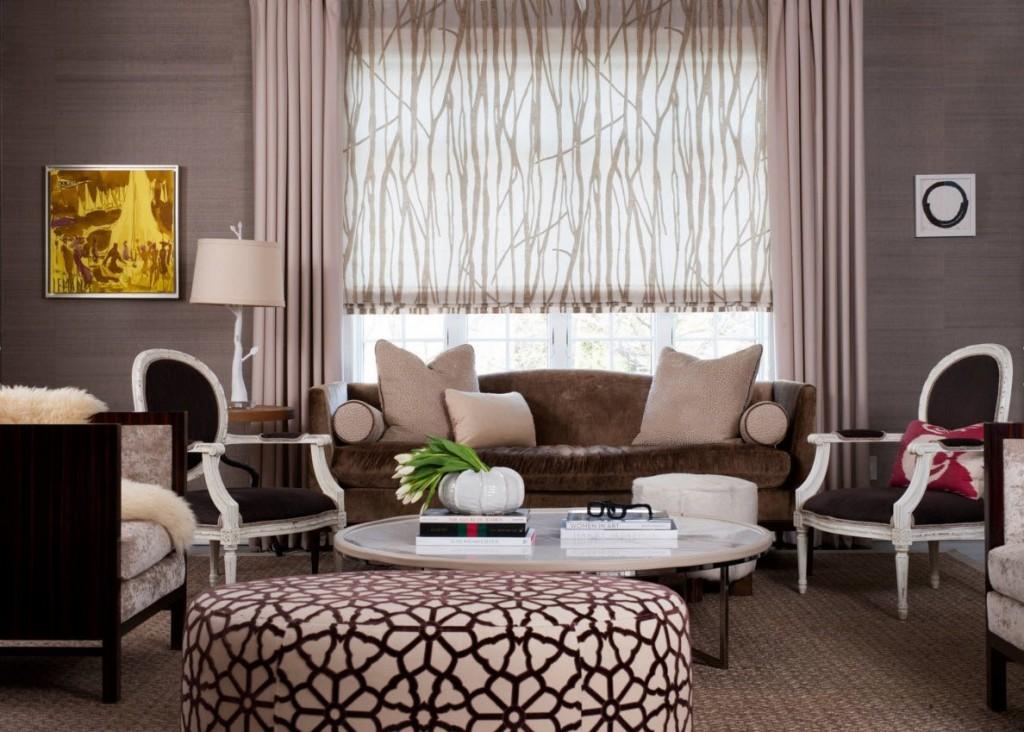 Декор окна за диваном в гостиной стиля модерн