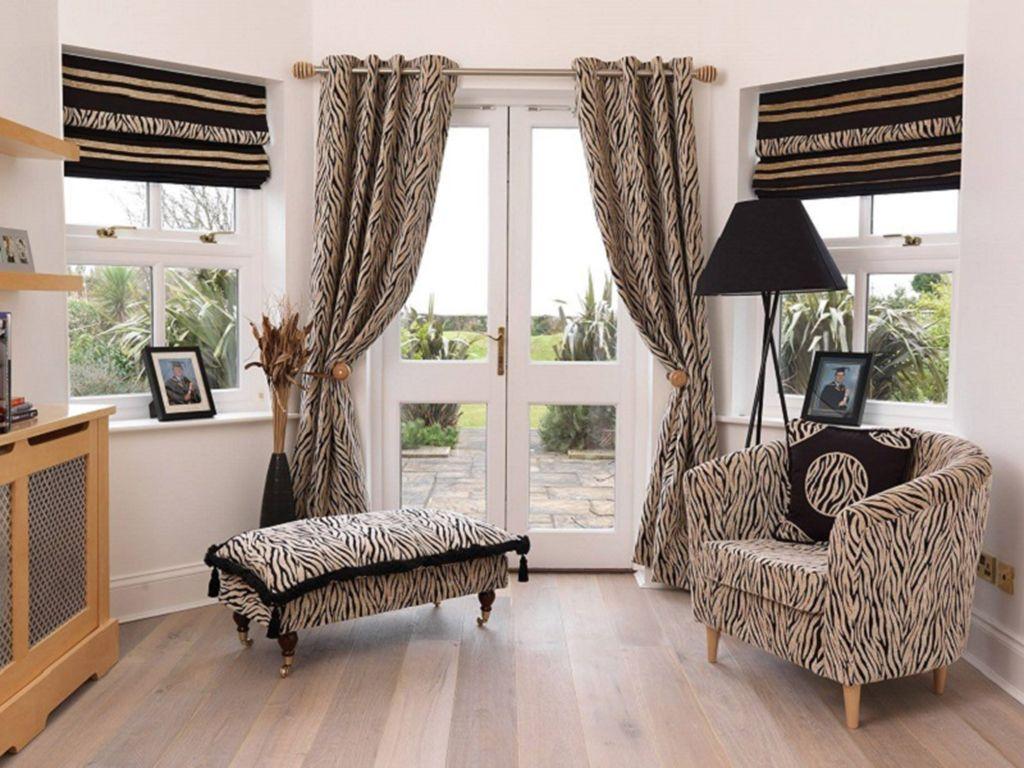 Разные шторы в гостиной комнате загородного дома