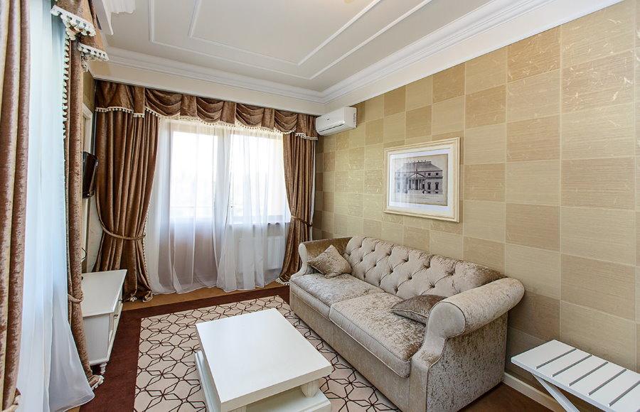 Сочетание штор в гостиной с обоями на стене
