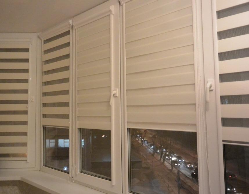 Рулонные шторы день-ночь на балконных окнах