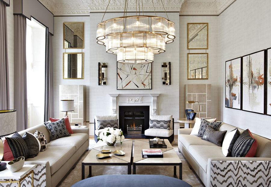 Симметричная расстановка диванов в большой гостиной