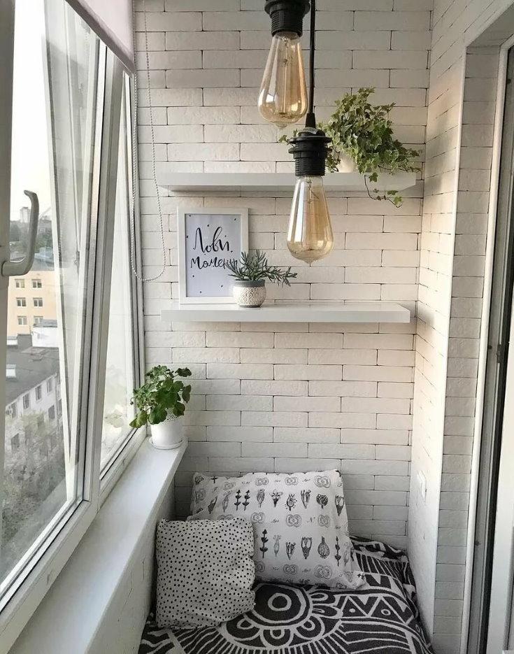 Белая кирпичная стена на маленьком балконе