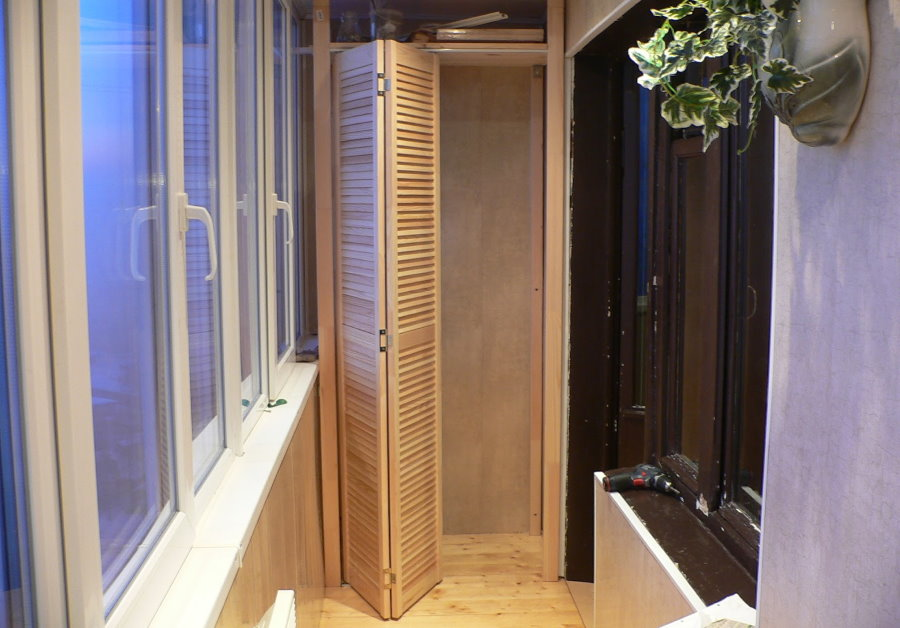 Дверь-книжка на балконном шкафу