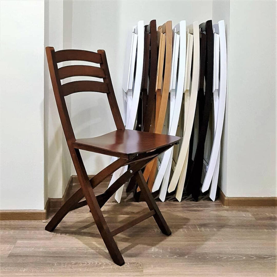 Складной стул коричневого цвета для гостиной