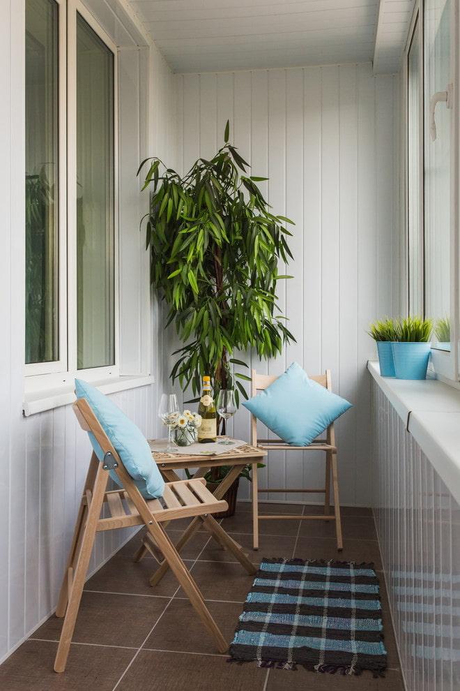 Складные стулья из дерева на теплом балконе