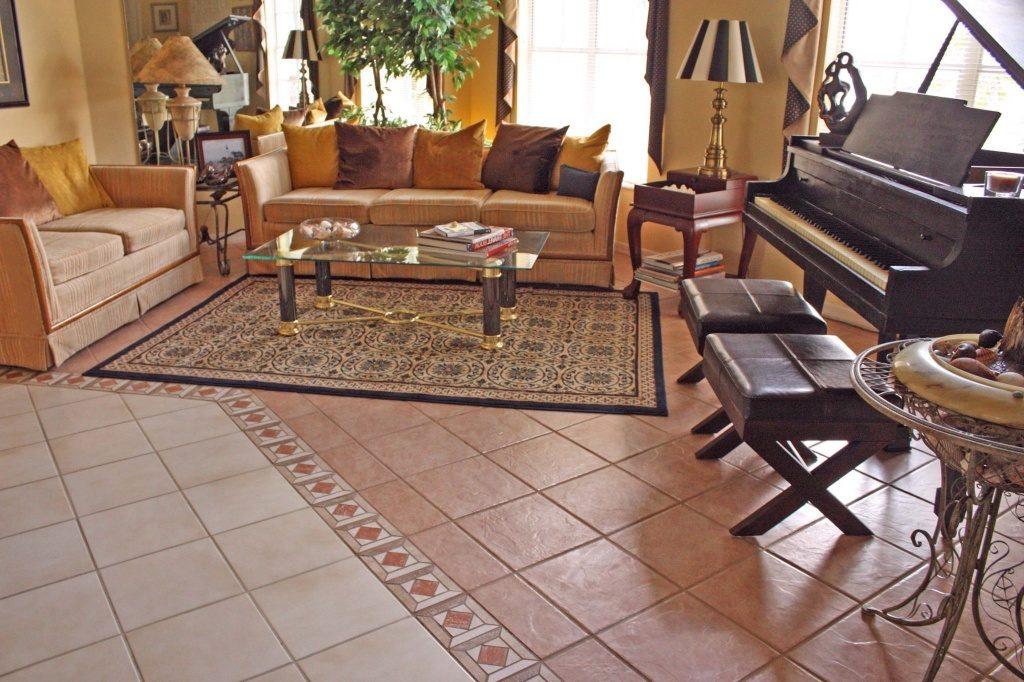 Комбинированная укладка плитки на полу гостиной