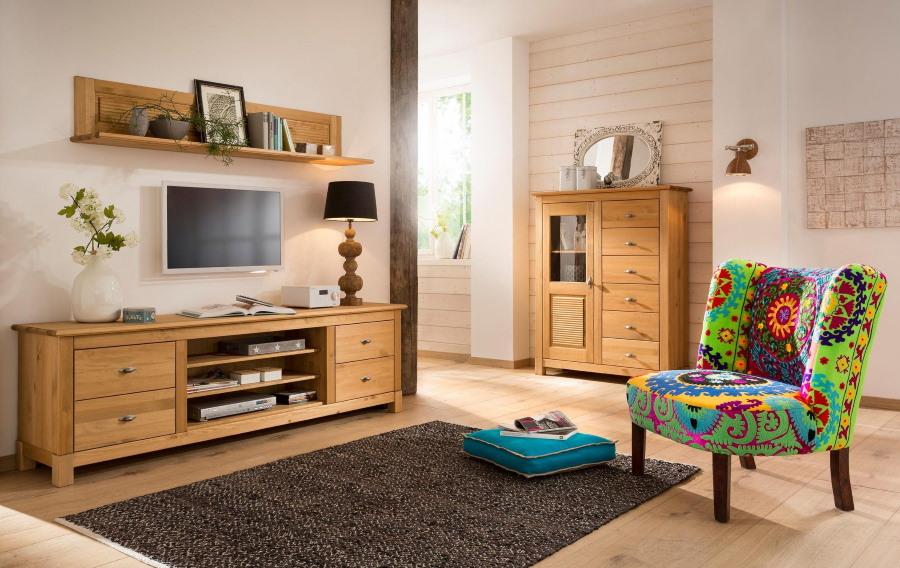 Пестрое кресло в гостиной с мебелью из массива