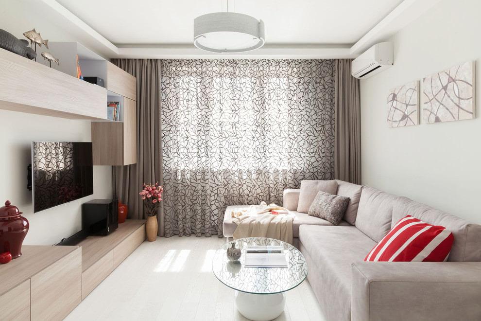 Красно-белая подушка в гостиной комнате