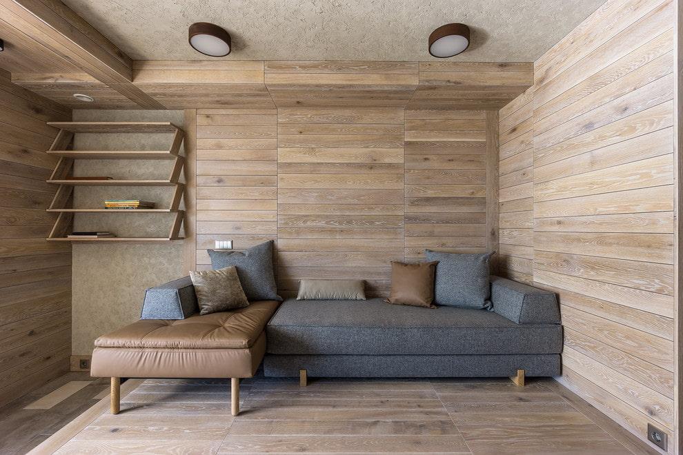 Деревянные полки в небольшой гостиной комнате