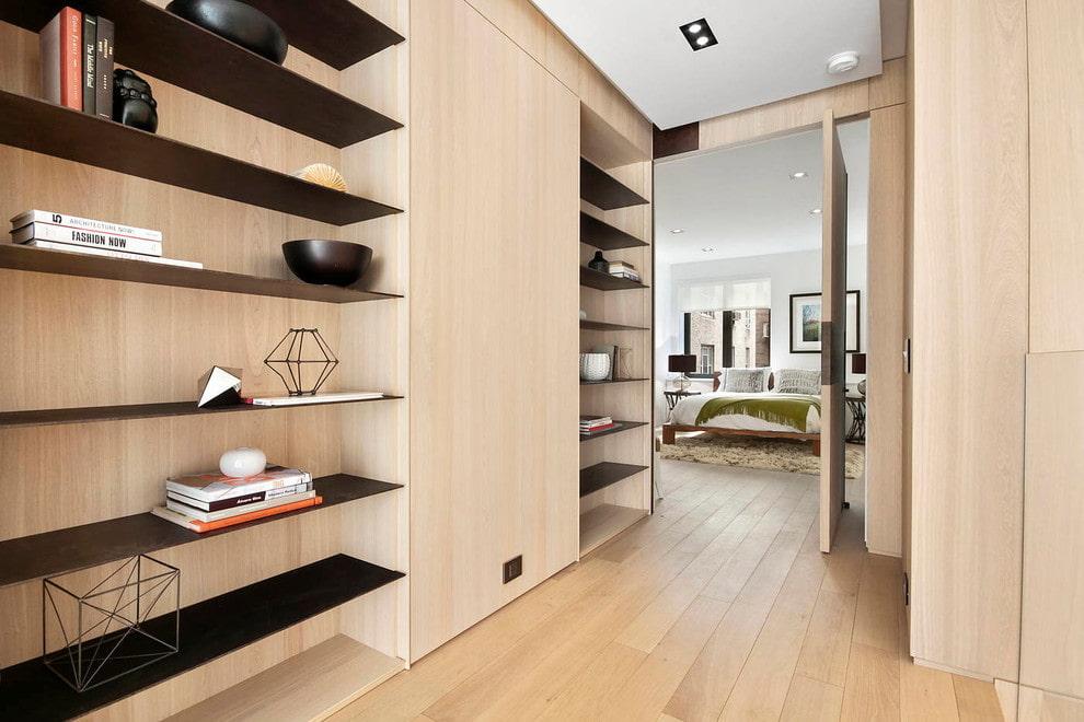 Тонкие горизонтальные полки для декораций в гостиной