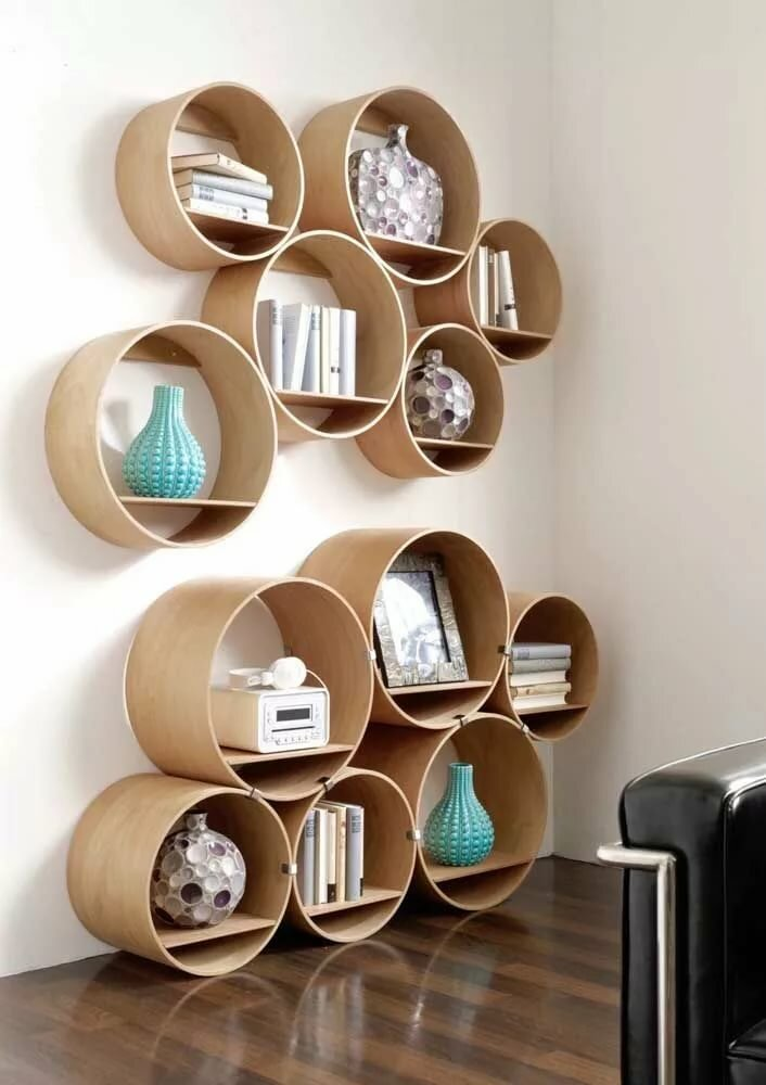 Стена гостиной комнаты с полками круглой формы