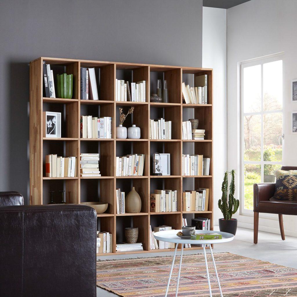 Напольные книжные полки в интерьере гостиной