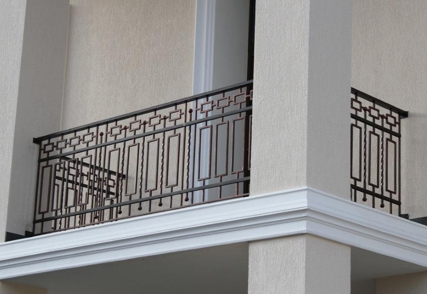 Кованный балкон с геометрическими узорами