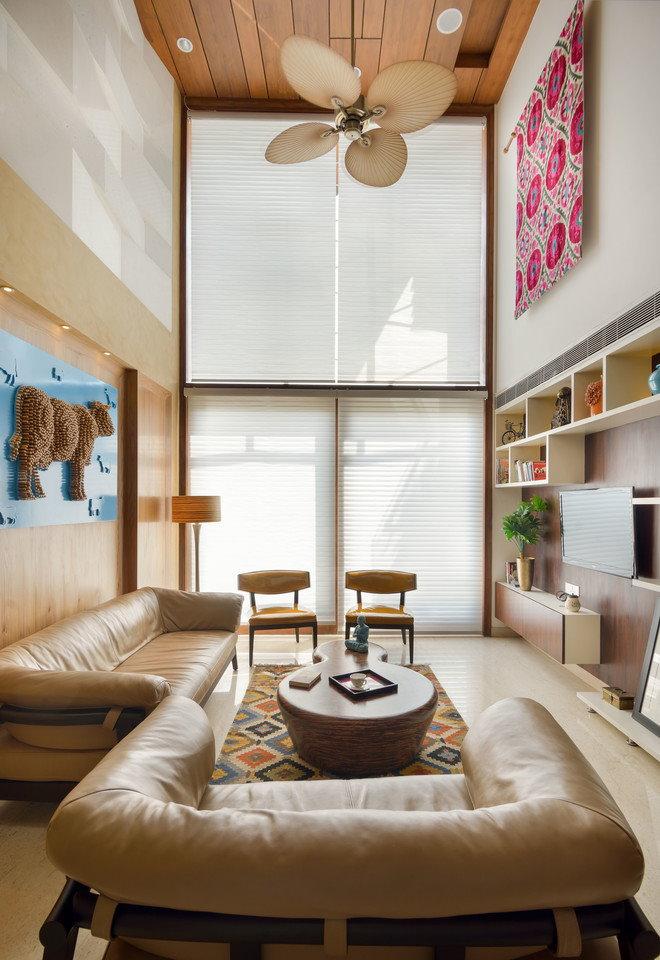 Кожаный диван в небольшой гостиной стиля модерн