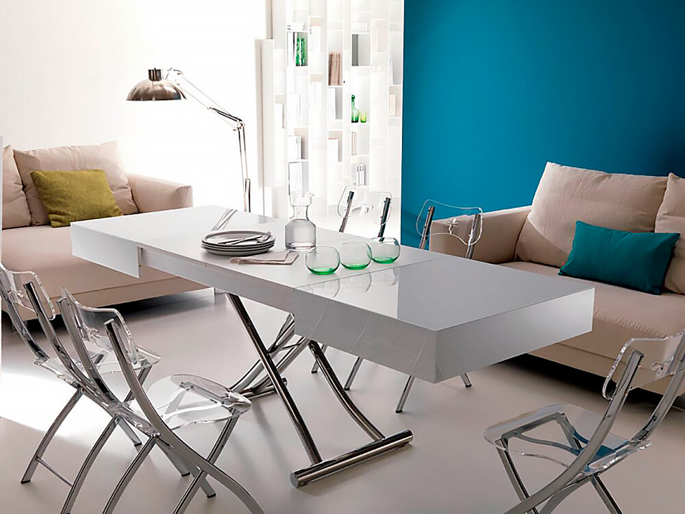 Складной стол в обеденной зоне гостиной