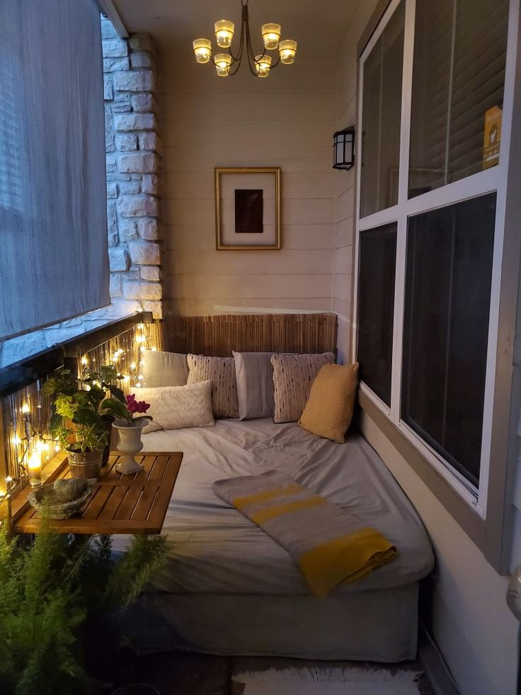 Интерьер спальни на застекленной лоджии