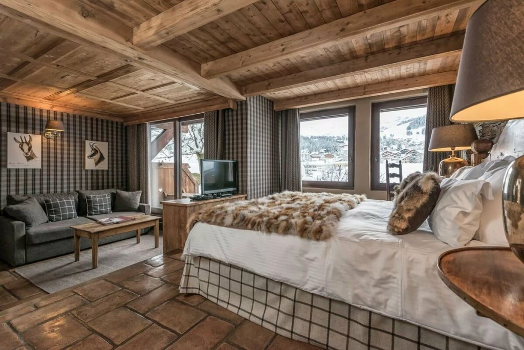 Объединение спальни и гостиной в доме из бруса