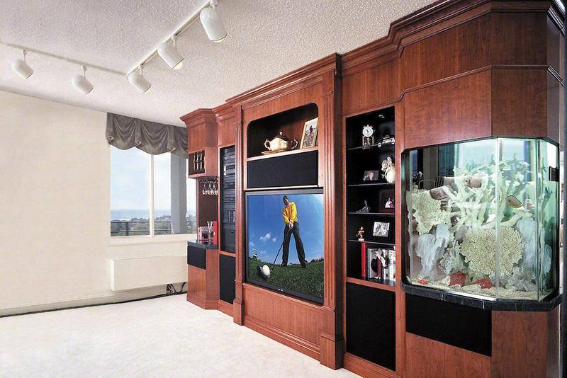 Стенка с аквариумом в гостиной комнате