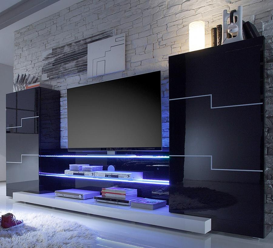 Черная стенка с телевизионной панелью в гостиной комнате