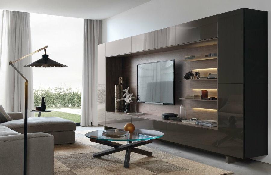 Коричневая стенка в гостиной стиля модерн