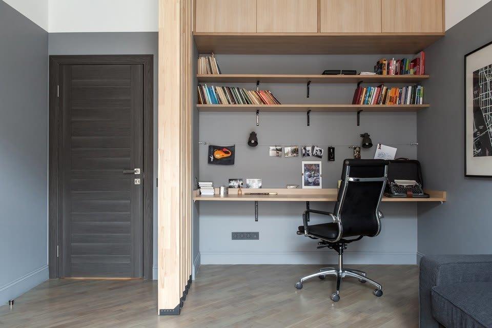 Рабочее место в нише стены гостиной комнаты
