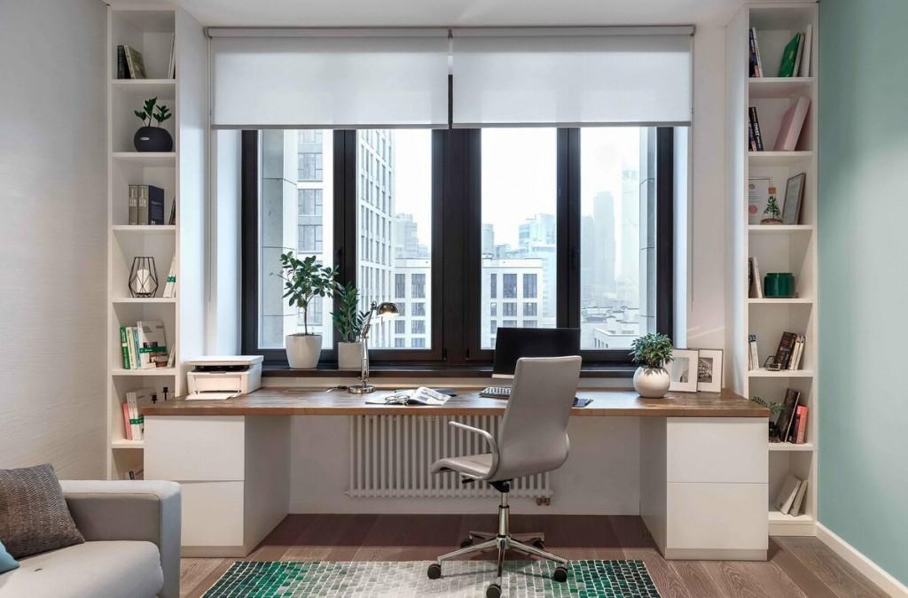 Письменный стол вдоль окна в гостиной