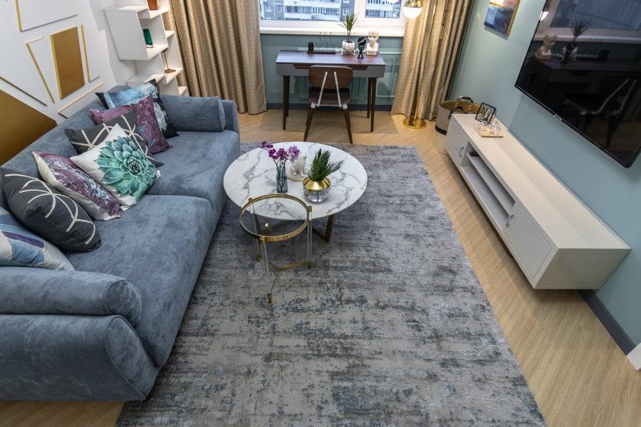 Расстановка мебели в гостиной комнате с рабочим местом