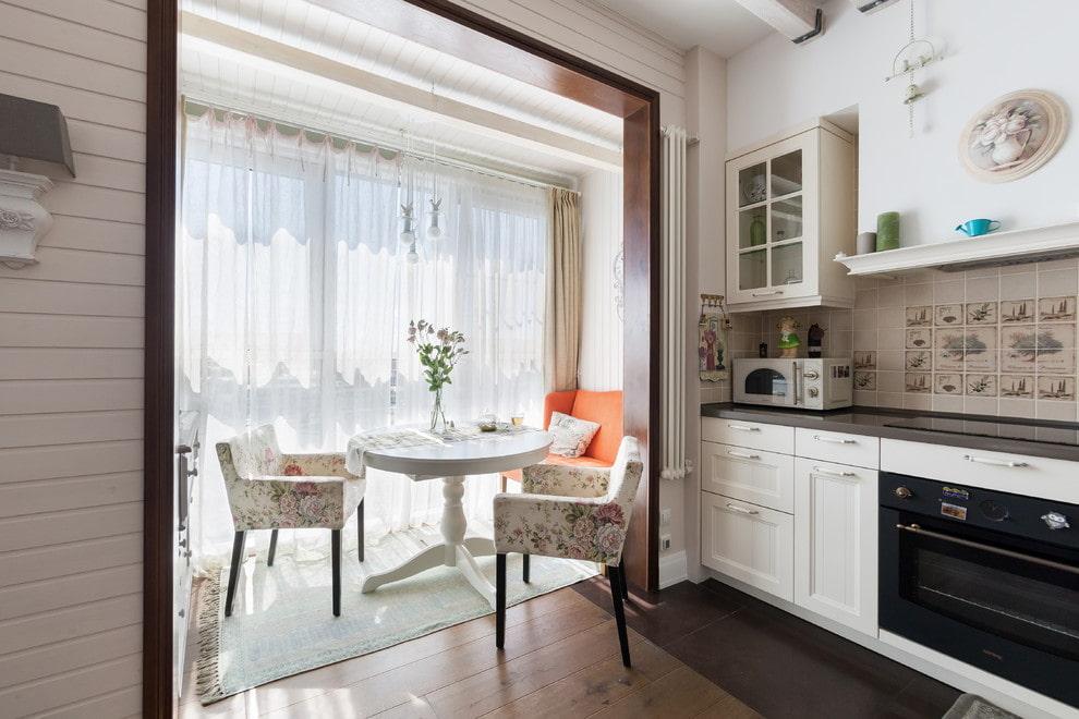 Обеденный столик на теплом балконе кухни