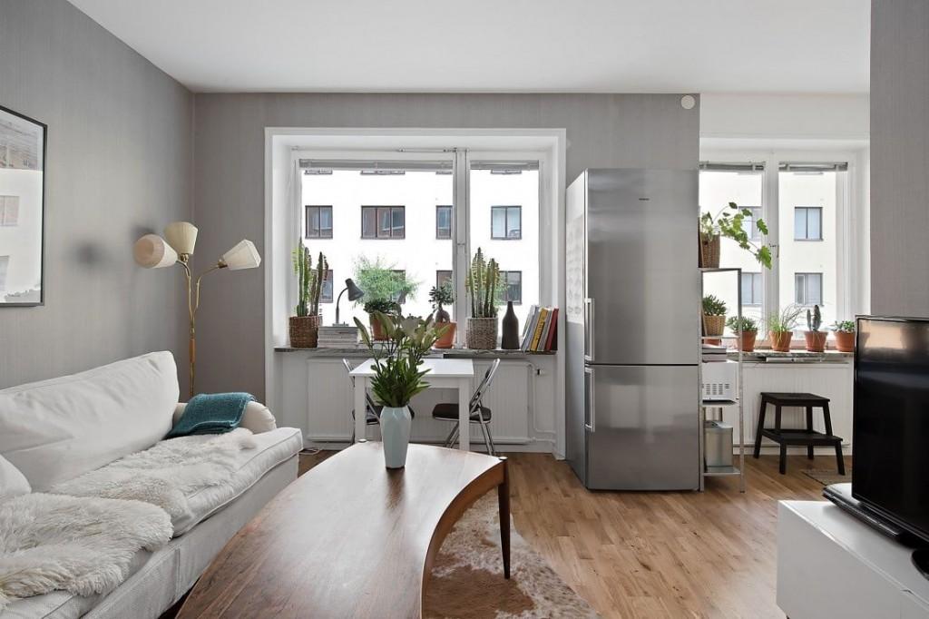 Двухкамерный холодильник между окнами в квартире-студии
