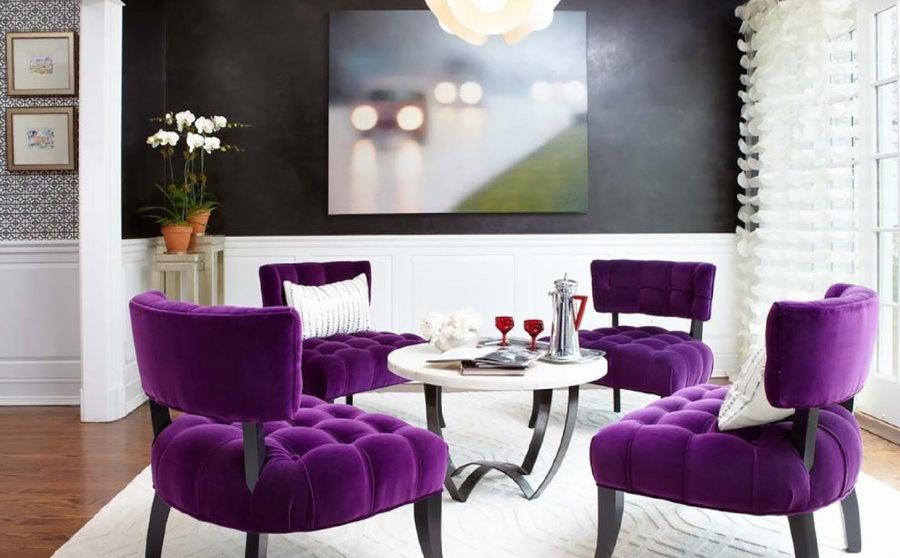 Фиолетовые стулья с обивкой из бархата