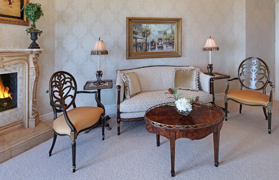 Мягкие стулья около кушетки в гостиной комнате