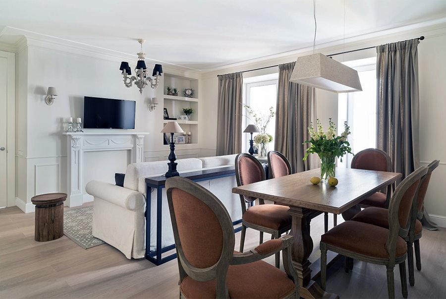 Обеденные стулья с овальными спинками в гостиной