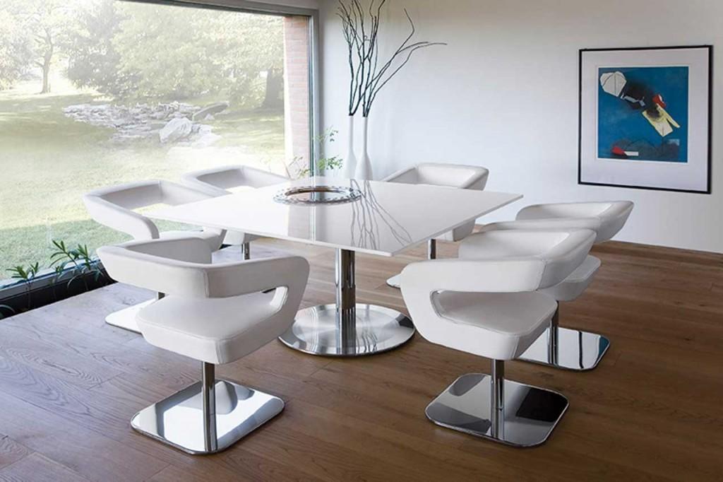 Белые стулья в гостиной комнате стиля хай-тек