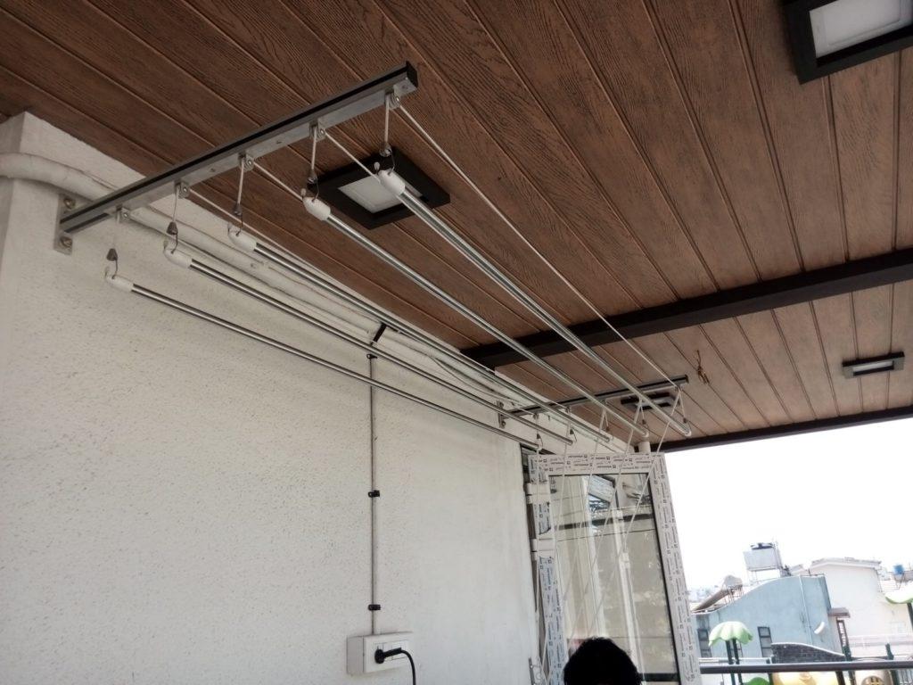 Сушилка из нержавейки на стене открытого балкона